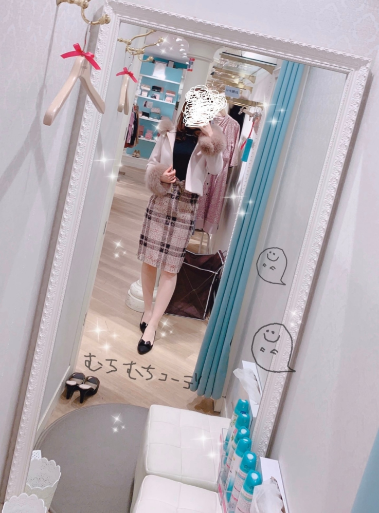 【再投稿】この画像の服どこのブランドかわかる方いらっしゃいますか? 画像をつけ忘れたので再投稿です…すみません。 お店の内装などで何となくわかりそうなのですが、特定できません…お店などわかる方...