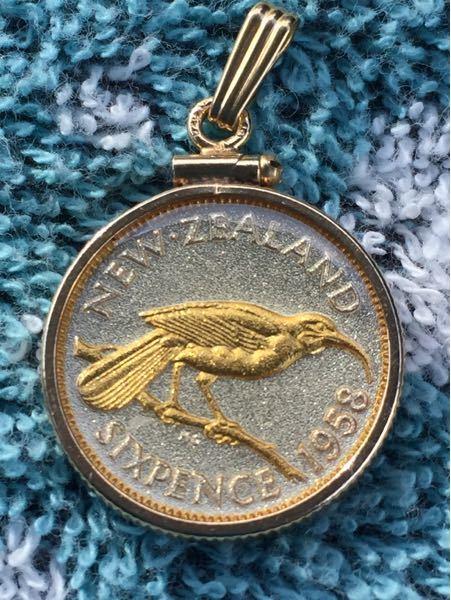 このニュージーランド金貨 本物だと思いますか? 小さい字で1/20 18KT ーーーとか書いてあります 重さは枠入れて3.9あります