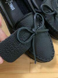 ミネトンカの靴を買ったんですが、タグみたいな革が付いています。 これは履く時には取るものですか?