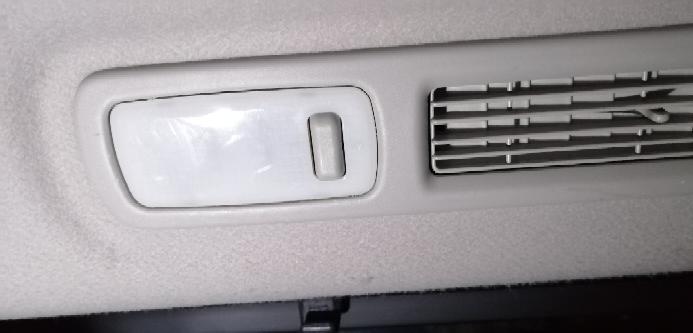 E52エルグランド(TNE52)のセカンドシートとサードシートの左右上部についているルームランプをLED化したいと思い外そうとしましたが、なかなかはずれず、裏の部品まで一緒にくっついて外れそうになったので辞めま した。 白い部分のみ外れないのでしょうか?