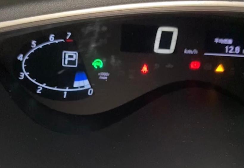 日産 セレナ 先週から、緑のランプ(アイドリングストップ)が点滅したまま、アイドリングストップしなくなりました。 本日、運転席の窓(ワンタッチで自動開閉)が、開けるのはワンタッチでできますが、閉めるのがワンタッチで作動しなくなりました。 車屋に行く時間が暫くないので、原因、改善方法、暫くこのまま乗っていて大丈夫か? 教えてください。