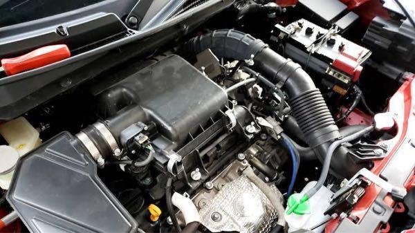 四輪車のエアクリーナーについて。 純正タイプのエアクリーナー(フィルター)は、下側(エンジンがある方)が吸気側で、上側(ボンネットがある方)が排気側ですか? あんなに分厚いフィルターを空気が通るんでしょうか…?また、排気側からの空気はエンジンに送られる認識で合っていますか?初歩的な質問ばかりで申し訳ございませんがご教授ください。 画像はクリーナーボックスが付いていますが、参考までに…