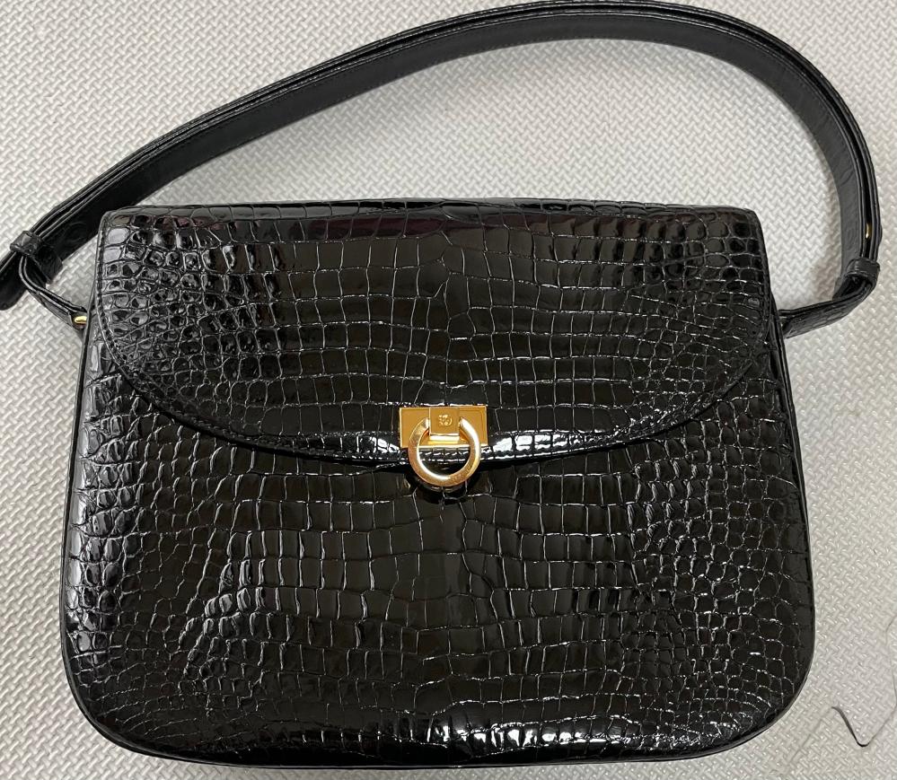 クロコに詳しくありません このバッグは、どこかのブランドの物か 又、値段はどのくらいの物か教えてほしいです。詳しい方よろしくお願いします
