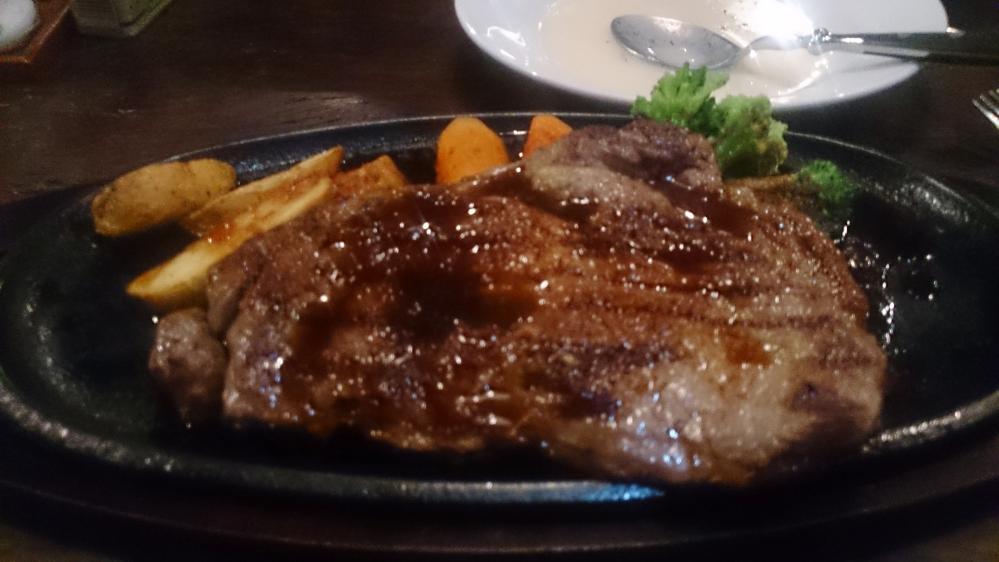 沖縄の国際通りで食べた ステーキハウスを探してます(泣) ・2階の店 ・2013年に訪問 ・スプーンが特徴的 ・1ポンドステーキが有名 な店でした(泣)