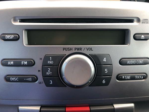 CDスロットに取り付ける型のスマホ車載ホルダーを購入し、取り付けたところ時間などが表示してある画面が消え、音量調節部を回したりしても反応せず音量調節などができなくなりました。 もう一度電源を入れる方法やCDスロットに取り付ける型のホルダーを付ける際、壊れないようにするための対処法はありませんか?