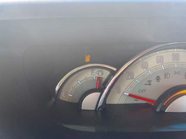 車に関して無知すぎるので教えてください。 ダイハツのムーブキャンバスに乗っています。 エンジンスイッチを押すつもりが、他のボタンを押したようでいつも付いていないこのオレンジのランプが付きました。 (いつもはアイドリングストップのAマークが緑に光るだけのはず)←うろ覚えのため自信はありません… これはどういう意味ですか?怖いので教えてください。 車の取り扱い説明書を読んでもよく分かりません…