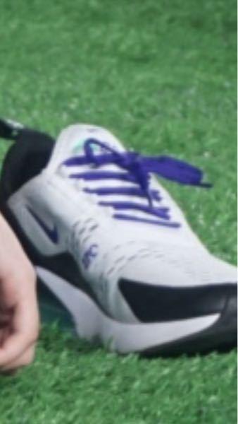 靴、シューズ、ナイキ、NIKE 靴に詳しい方!なるべく至急です! 荒くてすみませんが、写真の靴って今も販売してますか?? NIKEということと、かかとに透明のクッションみたいなのがあり、紫色です!