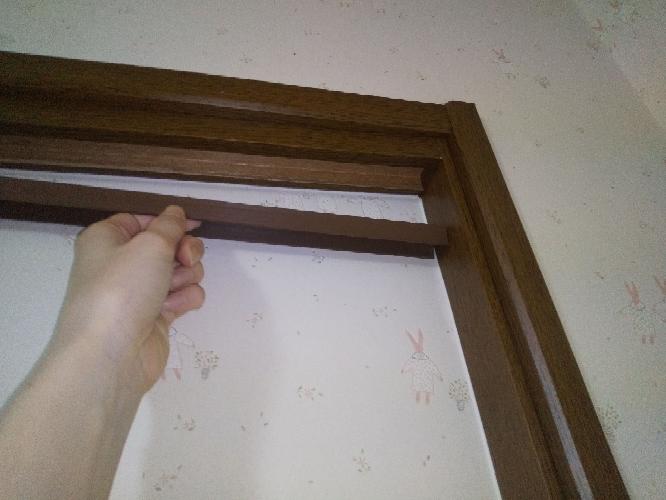 部屋の扉の上の所が取れています。 ドアで支えてのってる感じ。 これは木なのか偽物の木みたいな感じですが、100円均にあるボンドとかで止めちゃっても大丈夫でしょうか?