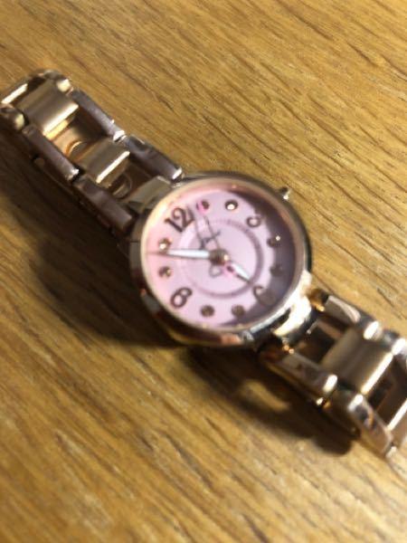 譲ってもらった腕時計なのですが、腕がキツくて調節ができない・時計のデザインは好きだけど革ベルトが好みなので革ベルトに交換したいのです。 このタイプの腕時計のベルト交換はできるでしょうか? いくらくらいかかりますか? メーカーはわかるけどいつ作られたとかはわかりません。 よろしくお願いします。