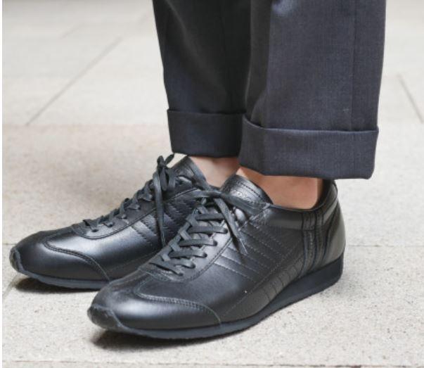 30代男です。 この靴はダサいですか?普段着用に使用します。 全部ブラックだとダサいウォーキングシューズみたいに見えないか心配です。 実物はあまりつやはなかったです。 普段はスラックス、シャ...