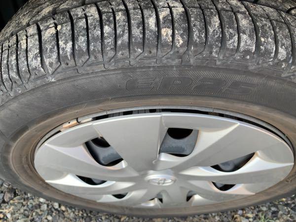 数日前に縁石にホイールとタイヤをぶつけてしまいました。 タイヤもすこし擦れ、ホイールにも傷がついてます。 そちらばかり気になっていましたが、ふとホイールがずれているように思えてきました。 これは...