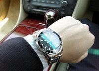 スーツに【ダイバーズウォッチ】は変ですか?? たまにネット等で  「スーツにダイバーズ時計の組み合わせは、スーツでスニーカー履いてるようなもの」とか 「スーツを着るようなフォーマル(ビジネス)な席には、三針の白文字盤に革バンドの時計でないとおかしい」  といった意見が書かれている事があるのですが やはり、スーツにダイバーズウォッチの組み合わせは「ナシ」なんでしょうか・・・  ...