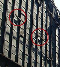 蔵の外壁について質問です 蔵の外壁には下見板張りが用いられていることが多いのですが、その際、写真にあるような角材が取り付けられていることがあります(写真の赤丸のところについています)。 特に味噌蔵や...