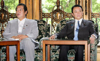 麻生太郎が、鳩山大臣を罷免しましたが、 天皇陛下に認証された総務大臣より郵便会社の社長の方が偉いのでしょうか?