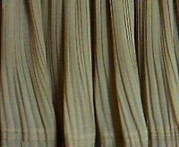 プリーツ加工のスカートについて。 ポリエステル100%の細かいプリーツ加工のスカートに汚れが付いてしまいましたので、ネットに入れて普通に洗 濯してしまいました。 表地 ポリエステル100% リブ ポリエステル95% ポリウレタン5% 裏地 ポリエステル100%   すると…下の方のプリーツ加工が消えてるような気がします…。  どうでしょうか…? 消えてますよね?  タグも見ないで洗濯してしま...