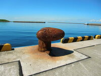港にある船を止める鉄の塊って名前なんて言いますか?