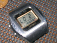 再度質問します。 カシオトロンS-12時刻あわせが分かりません。写真アップしました。右上下スイッチ 左下スイッチ(3個スイッチタイプ)です。 電池はコインで小さな蓋を開けて電池のみ交換できるタイプです。 時刻の調整のやり方お教え下さい。