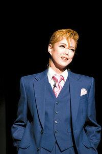 宝塚の男役さんってどうやって胸を潰しているんですか? なにか特殊な下着でもあるのですか? ちなみに私は男性です。 卑猥な質問で申し訳ありません;  すごく気になるので、ご存知の方よろしくお願いします。