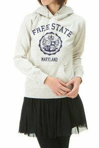コーディネートお願いします!!  この画像の服とスカートを合わせるとすれば、アウター?はどのようなものにすれば良いと思いますか??  テーラード ・Pコート・ダッフルコート のどれかを合わせたいと思っているの...
