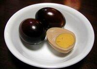 殻付きの燻製卵の製法を教えてください!! サービスエリアなどで売っている燻製卵。  真っ黒にいぶされたフォルムと深部まで染み渡った深い味。 あれは、どうすれば作り出せるのでしょう?