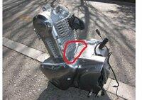 エストレヤのエンジン部分からのオイル漏れについて 下の画像の部分から頻繁にオイル漏れがあるようですが、この場合、どのような対応をするべきでしょうか。エンジンを一度取り外してガスケット的なものを取り換...