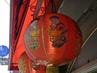 中華風(中国風)の絵の名前 中華料理店の軒先などで見かけるちょっと不気味なあの絵 あの画風というか、あの絵はなんと言う名前なのでしょうか?? たとえば「浮世絵」みたいな、絵のジャンル名を教えてください。