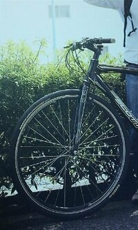 フォークが前後逆? いつもみなさまのお知恵に世話になっています。 ある自転車専門雑誌での写真ですが、フォークが前後逆のような気がするのですが、このような自転車もあるのでしょうか? Vブレーキの台座が...