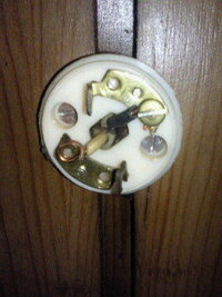 古い部屋の電気の取り替えについてです。 先日、母が使用している部屋の電気の紐が元から切れてしまったと言うので、何とか自力で電気を天井から取り外して電器の笠を外して、紐を付け直したのですが再度、 取り...