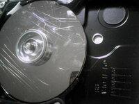パソコン処分で、HDDの壊し方はこれで大丈夫でしょうか? はじめてPCの分解をしました。調べながらやったのですが、2枚、鏡のような円盤が重なっていました。 トンカチがなく叩けないし割れたら(簡単には割れ...