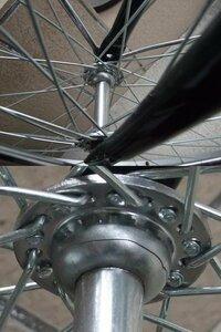 自転車の前輪部分に亀裂が 購入して3ヶ月で亀裂が入りました(ぶつけたりはしていません)。 修理を依頼する場合、前輪の交換だけで大丈夫でしょうか。 よろしくお願いします。