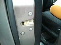 (至急!)車のドアがロック?閉まりません。 帰宅後、車から降りた息子が「ドアが閉まらない」と。 見てみると、画像の真ん中くらいのドアが本体とつながる部分?がロックされており、閉まらないのです。 何が変だろう?とドライバーで運転席の同じ部分をいじってみると、こちらもロック。 さらに帰宅した主人が同じように後部席をいじってみると、こちらもロック。 車全開の状態です。  しかし、こんな...