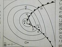 【至急】中学生理科の天気の問題です。 教科書の問題なのですが、解答のみで解説が載っておらず、わからないので質問致しました。  わからない 問題は2問あります。   画像の図1をご覧ください。  1、図1のA~D...