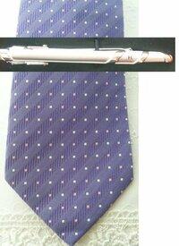 結婚式でのネクタイ・ポケットチーフ・タイピンについて 友人が黒系の生地に薄いストライプが入ったスーツを購入しました。 ワイシャツは白でボタン部分がだけが紫です。 ネクタイですが画像にあるパープルでドット柄です(ドットは白とピンク) ポケットチーフはパープル系でしたら大丈夫ですか? また他のお色でも大丈夫ですか?  ご意見お願いします。