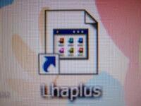 ファイルやアイコンの表示について教えて下さい。 ある日、気が付くと添付の写真のような表示になってました。 全ての表示がコレに変わっているのではなく、 一つのアイコン(Lhaplus)と、圧縮したZIPファイルだけです。  これは、ウィルスか何かに感染しているのでしょうか?