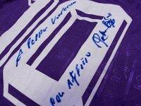 サイン(文字)の翻訳できますか?? とあるサイトで、サッカー選手(ロベルト/バッジョ)のサインを見つけました。 他で流通しているサインとは違い、何かメッセージのような言葉が入っているモノでした。 英...