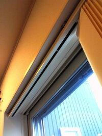 バーチカルブラインドの窓側にレースカーテンを付けたい 現在、我が家のリビングとリビングから続きの洋室の掃出し窓2つにバーチカルブラインド(レースなし)を付けています。 バーチカルブラインドの性質上、...