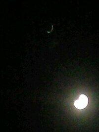 今日、月の左下に明るい見た星は何の星ですか?写真では左上です。