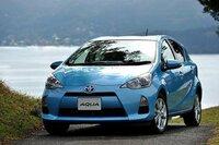 新型アクアの燃費について教えて下さい。 昨年12月にトヨタから新型のハイブリッドカーの「アクア」が発表されましたが、このアクアでの実際の市街地走行ではリッター25キロは走れるのでしょうか??  確かカタログ燃費では世界一の35.4キロと言われていますが、実際は20キロから25キロ程度になるのでしょうか??   現在、1ヶ月で500キロくらい走行して、年間のガソリン代が12万5000...