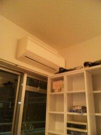 エアコンの真下に本棚はやはりよくないでしょうか?  引越しして家具の配置をしていたのですが、本棚の置き場がなくエアコンの真下に配置しまし た。  6畳ほどの部屋なのですが、エアコンのききに影響はでるでしょうか? また、本棚にも悪いでしょうか?