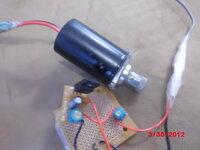 現在のレーザーダイオードの入力電圧は1.8〜2.3V程ですが、10年前は2.7V前後の入力で可能だったのでしょうか?(回路の出力は2.70Vでした。) その人からはもう一つ、低出力レーザーを造って貰っていました。それ...