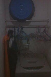 マンションの洗濯機の設置場のうえにバーが2つ付いているのですが 本来これはどのように使うものなんでしょうか?