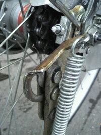 至急お願いします。先ほど自転車のチェーンが外れてしまいました。外れたと言ってもチェーンがだらーんとなったわけではなく画像のように(見に くくて申し訳ないです)後輪の歯車にチェーンがかからずに横の溝に入...
