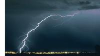 高速道路で100km走行中の車に雷が落雷して落ちる,ってことあり得ますか?  雷の落ちるスピードの方が速いので、あり得る話と私は思っております。