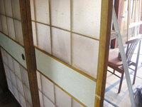 ガラス襖の替え方 写真の様にガラス張りの襖があるのですけど、これを障子張りに変えたいのですが、そもそも可能なのでしょうか? ガラス仕様はガラスのみで取り外すことは出来ないのでしょうか。