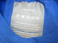 Tシャツに貼り付けられたタグを取りたいのですが。 海外製のTシャツの背中の肌の当たる内側に、結構な大きさのタグが 貼り付けられています。  ナイロンコーティングのような感じで、綿のTシャツに貼られています。  ガサガサして肌触りが悪く、着難いので、剥がしたいのですが、 本当に少しずつしか取れません。  どうすれば難なくとる事が出来るのでしょうか?  タグの素材はナイロン系...