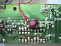 ワイヤレスチャイムの電波を安定させたいのですが この基盤のアンテナ?部分を教えてください。   これはワイヤレスチャイムです。画像基盤は送信機で100mまで送信できると書いてあるのですが、10mくら...