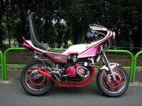 旧車會にCBX400Fが人気だそうですがる  でも旧車會て元のバイクがなんだつたか分からないくらいにデコレーションするでしよう。 元のバイクがCBXだと分からないのなら。 別に中古で高価なCBXでな...