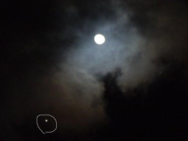 今日、月を見ていると、 隣に明るい星が出てました この星の名前はなんですか? 調べてみても、
