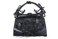 紐結びの名前やそれに関する詳細を知っている方は教えてください(>人<) クリスチャン ディオールのある限定バッグを持っていて、サムライ(侍)という名前です。 鎧や紐結びなどの和要素をモチーフにしたデ...