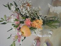 家に花は必要でしょうか。  私は花には興味がないのですが、妻は家が華やかになり活気が出ると言って嬉しそうに花を飾っています。妻はずっと花 が好きだったわけではなく結婚し新居に暮らし始めてから飾るようになりました。花を育てるのはあまり上手くないと自覚しているようで、よく枯らしては落ち込んでいますが懲りずにまた買ってきます。そして毎日水を替えて水切り(だったかな?)をしています。  私としてはい...